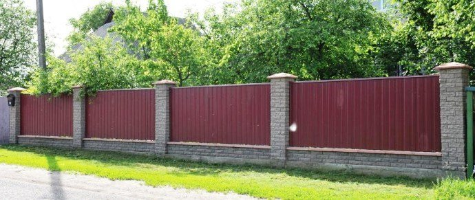 Foto zabora iz profnastila i kamnya 690x291 - Металлические заборы на заказ