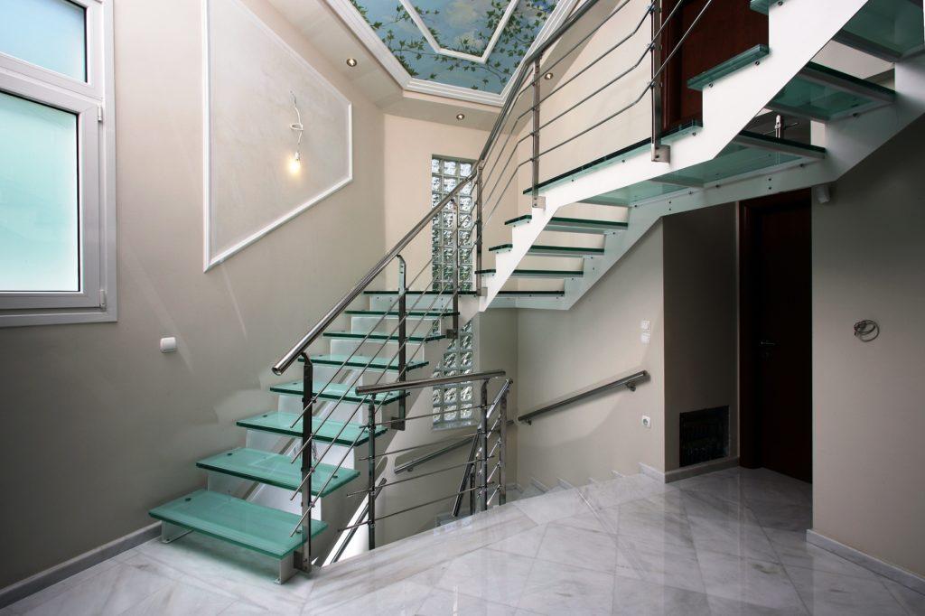 Lestnitsa so steklyannyimi stupenyami 1024x682 - Металлические лестницы