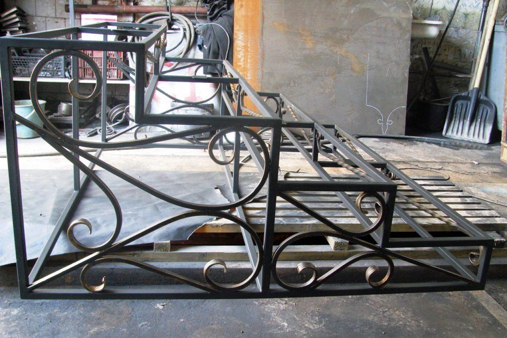 kovka lestnitsy dlya ulitsy 1024x682 - Лестницы из металла на заказ