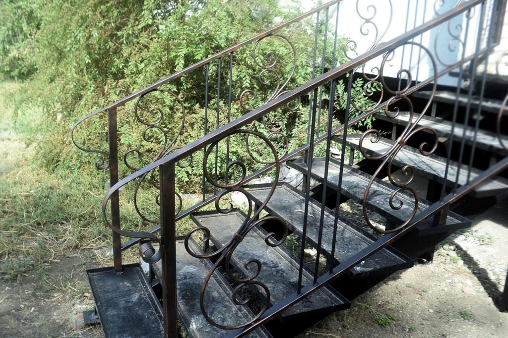ulichnaya stalnaya lestnitsa s kovkoi 1024x682 - Лестницы из металла на заказ